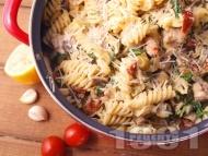 Фузили паста със свинско месо и сос от сметана, гъби печурки, спанак, мариновани сушени домати и маслини